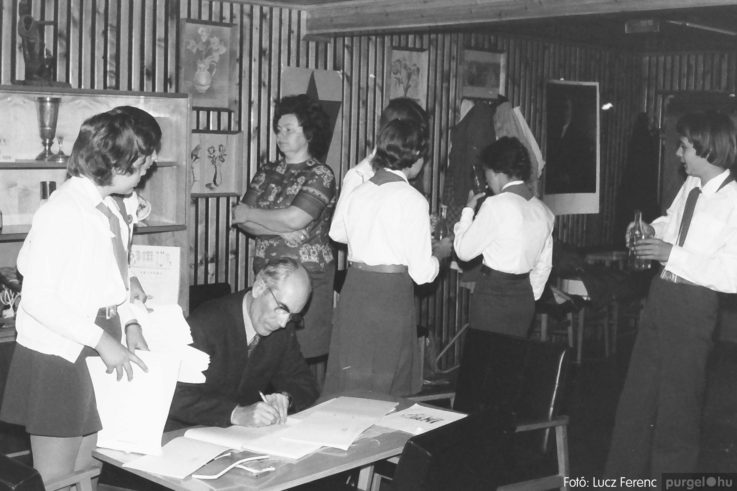 093. 1977. Szovjet katonák látogatása a nagy októberi szocialista forradalom 60. évfordulóján 004. - Fotó: Lucz Ferenc.jpg