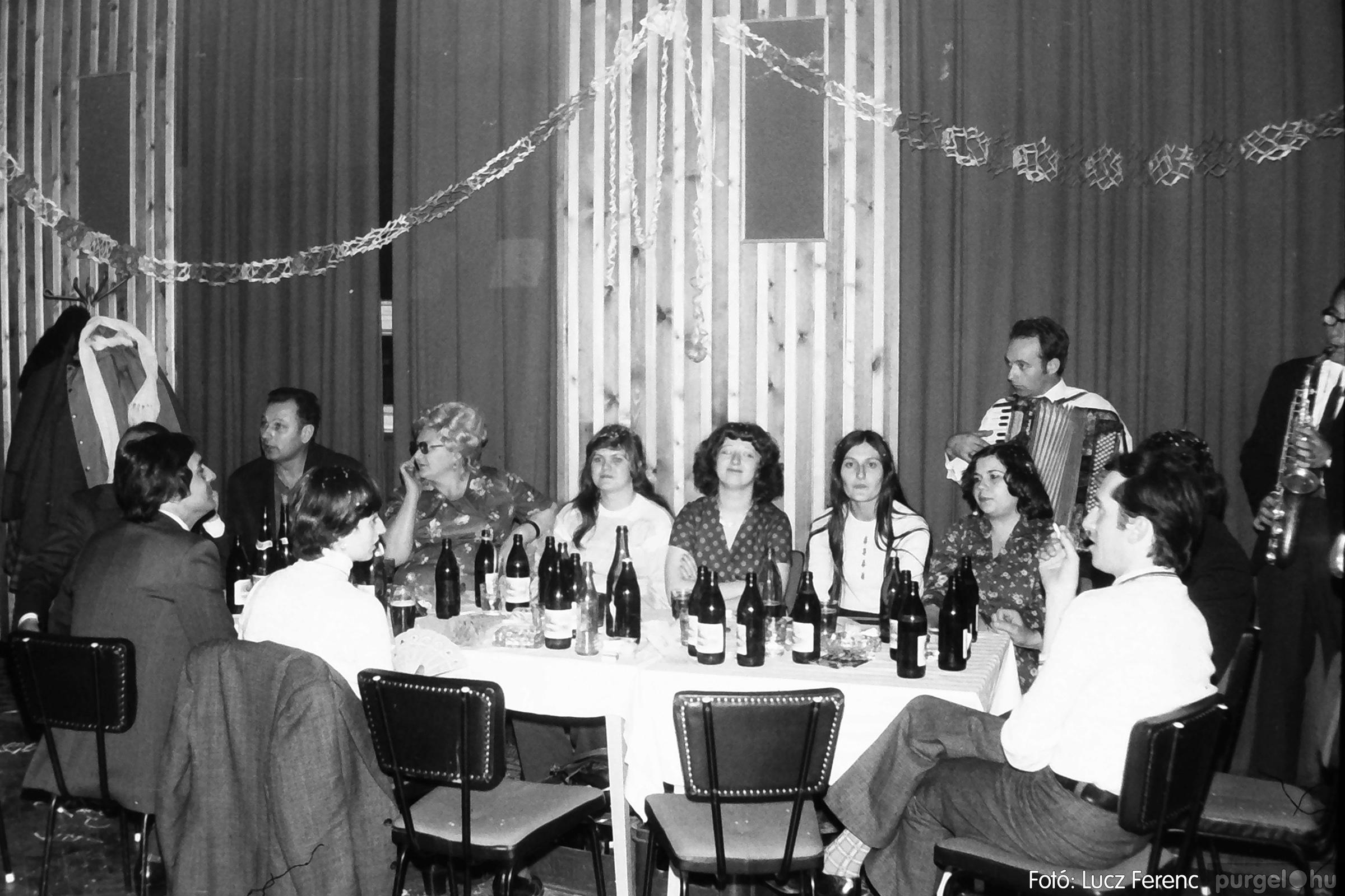 097. 1977.12.31. Szilveszter a kultúrházban 008. - Fotó: Lucz Ferenc.jpg