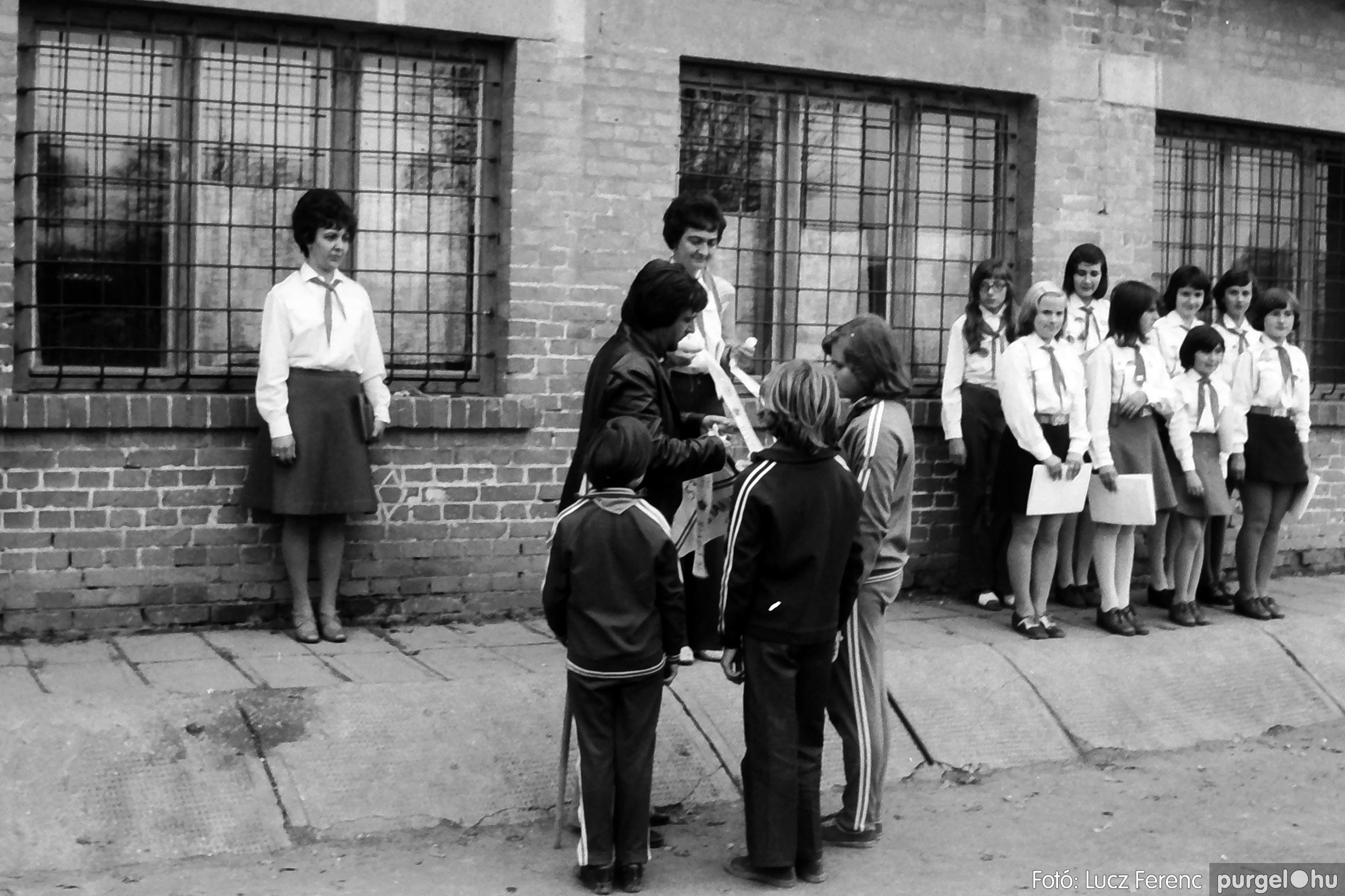 092. 1977. Úttörő rendezvény a Központi Általános Iskolában 026. - Fotó: Lucz Ferenc.jpg