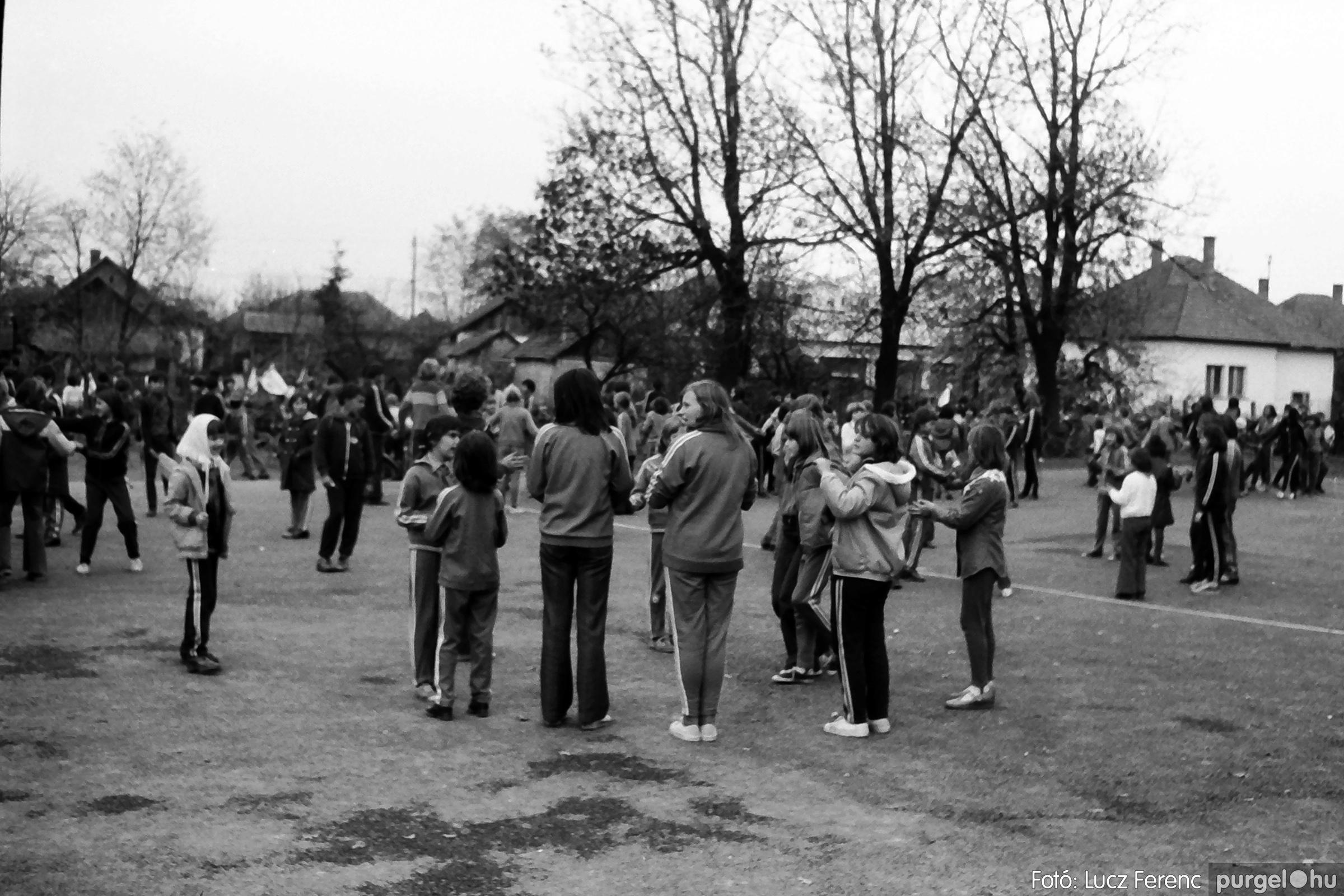 092. 1977. Úttörő rendezvény a Központi Általános Iskolában 020. - Fotó: Lucz Ferenc.jpg