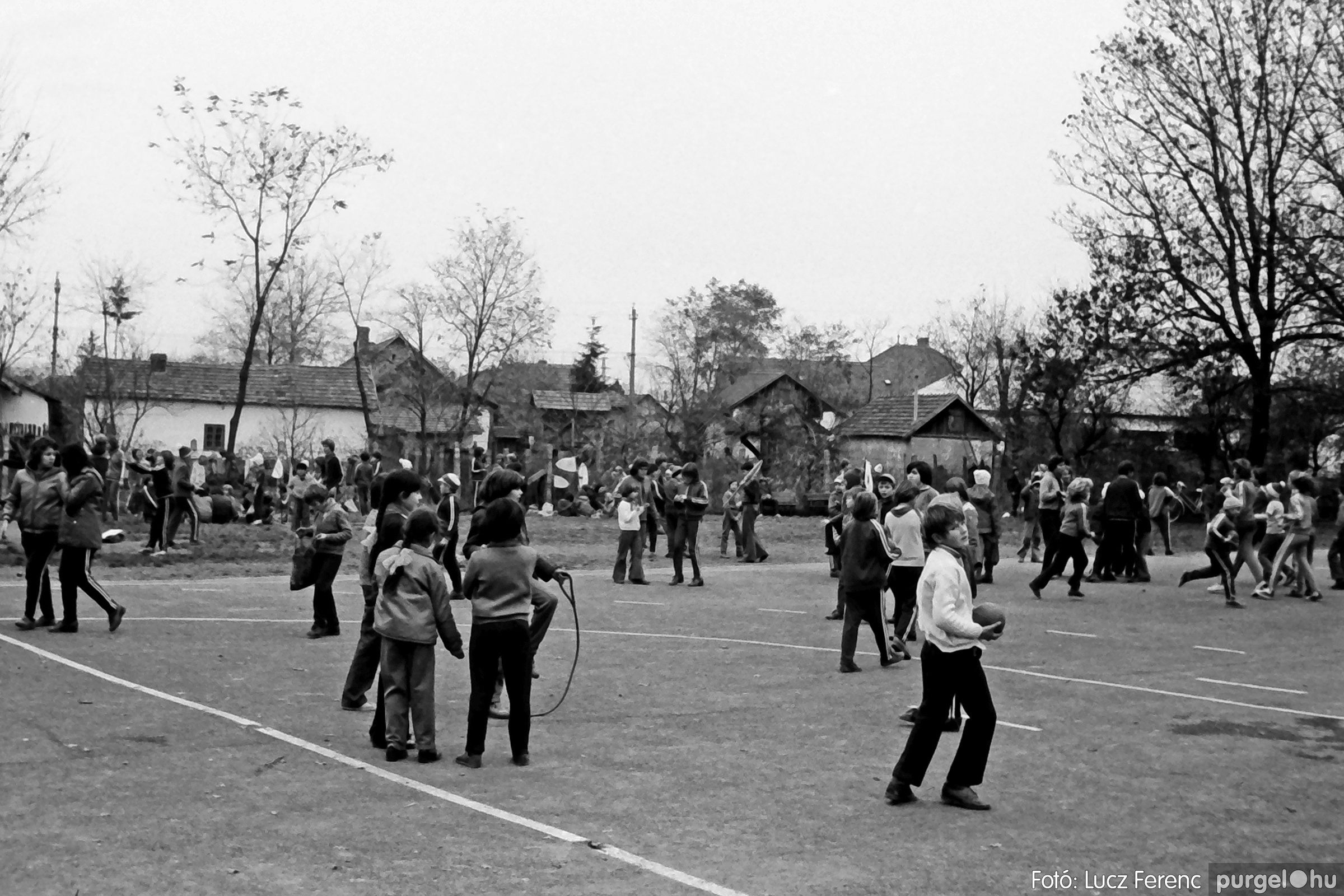 092. 1977. Úttörő rendezvény a Központi Általános Iskolában 010. - Fotó: Lucz Ferenc.jpg