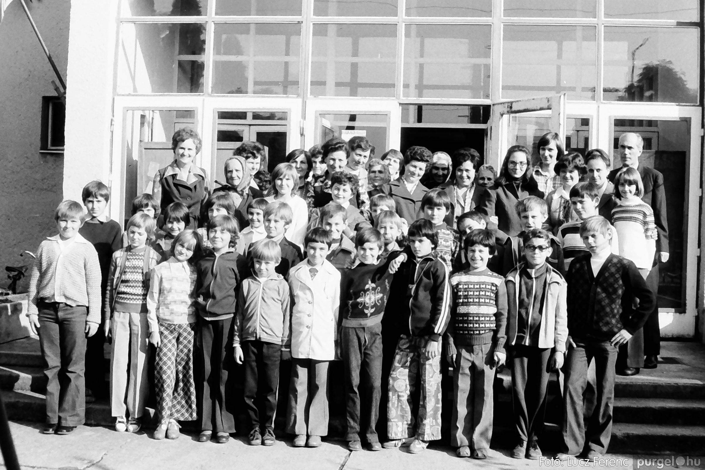 093. 1977. A szegvári és a tápéi kézimunka szakkör találkozója 004. - Fotó: Lucz Ferenc.jpg
