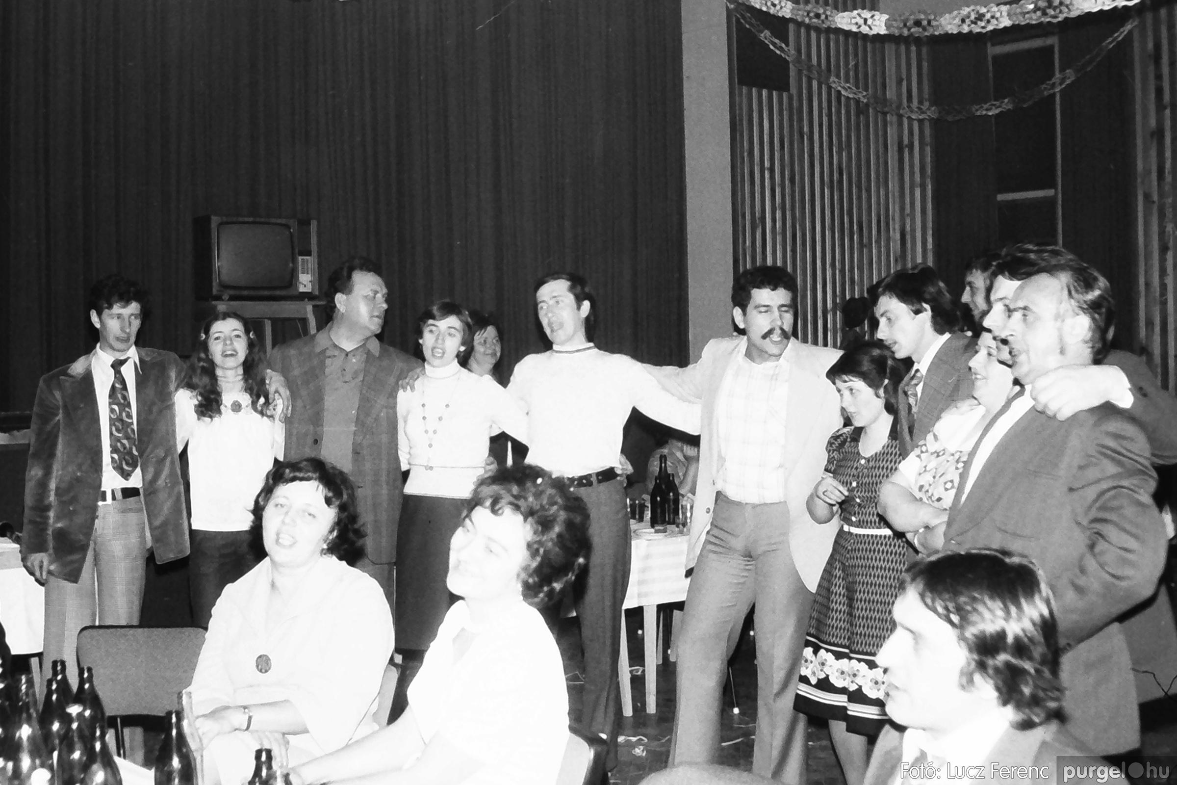 097. 1977.12.31. Szilveszter a kultúrházban 003. - Fotó: Lucz Ferenc.jpg
