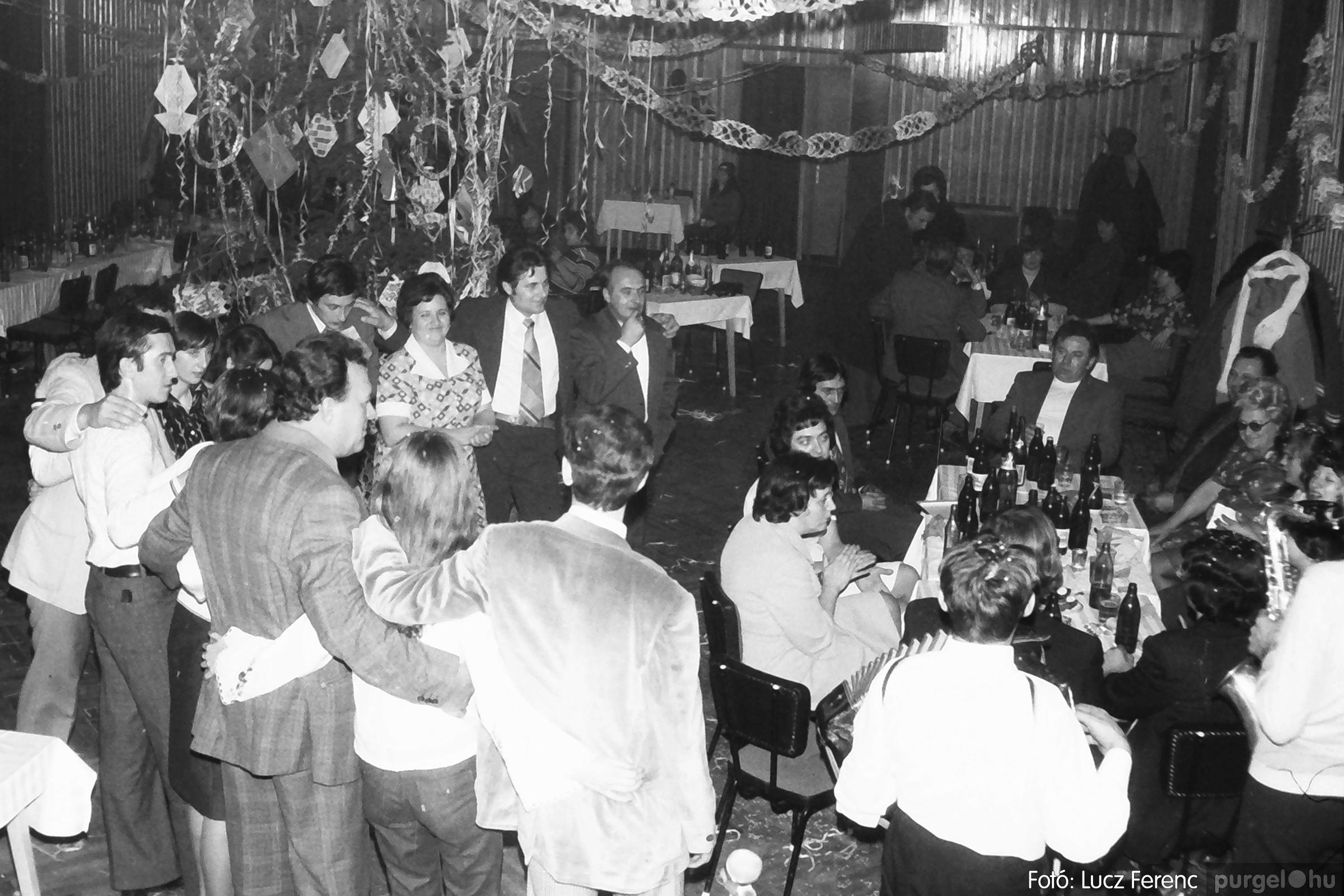 097. 1977.12.31. Szilveszter a kultúrházban 001. - Fotó: Lucz Ferenc.jpg