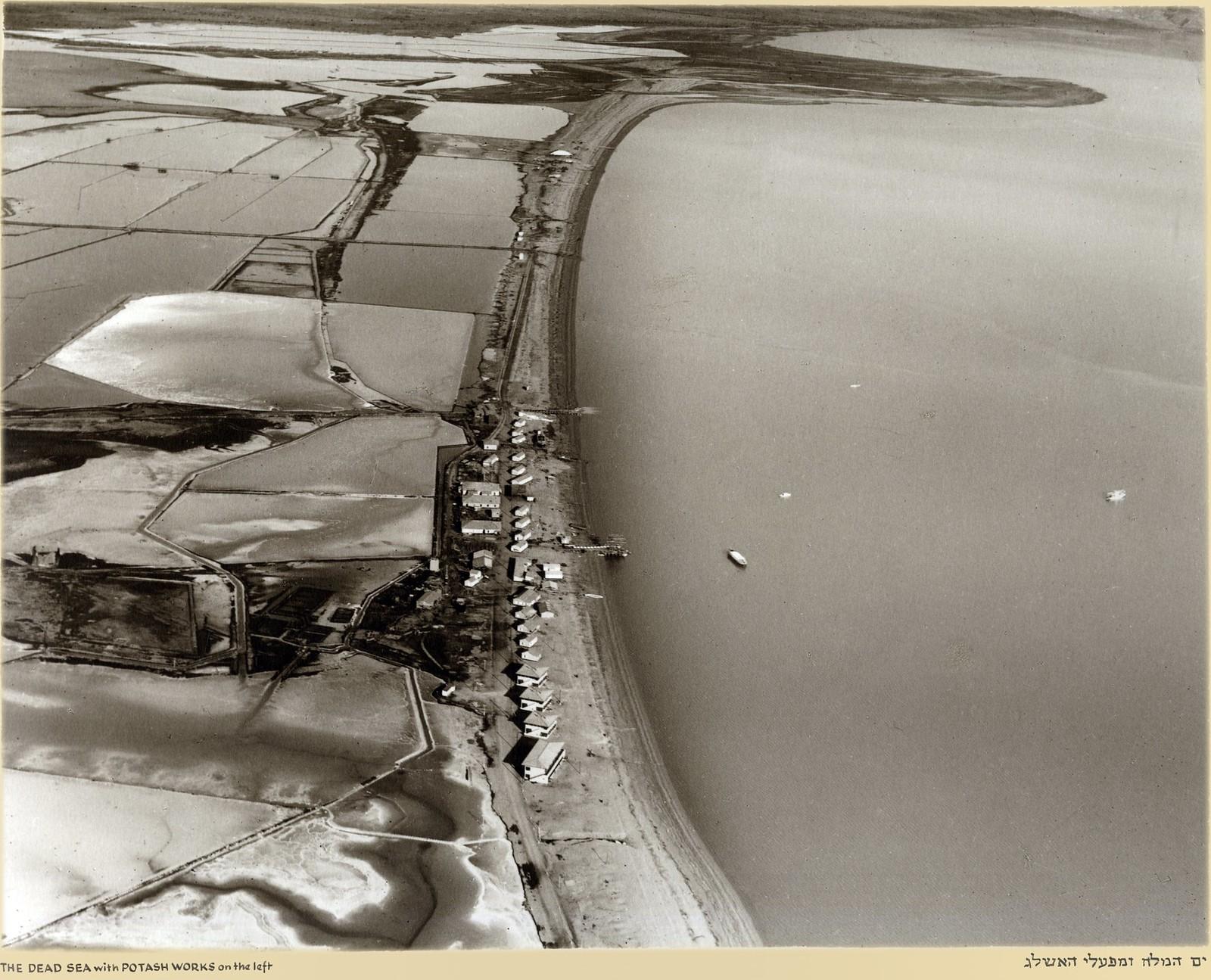 Мертвое море с калийным комбинатом слева