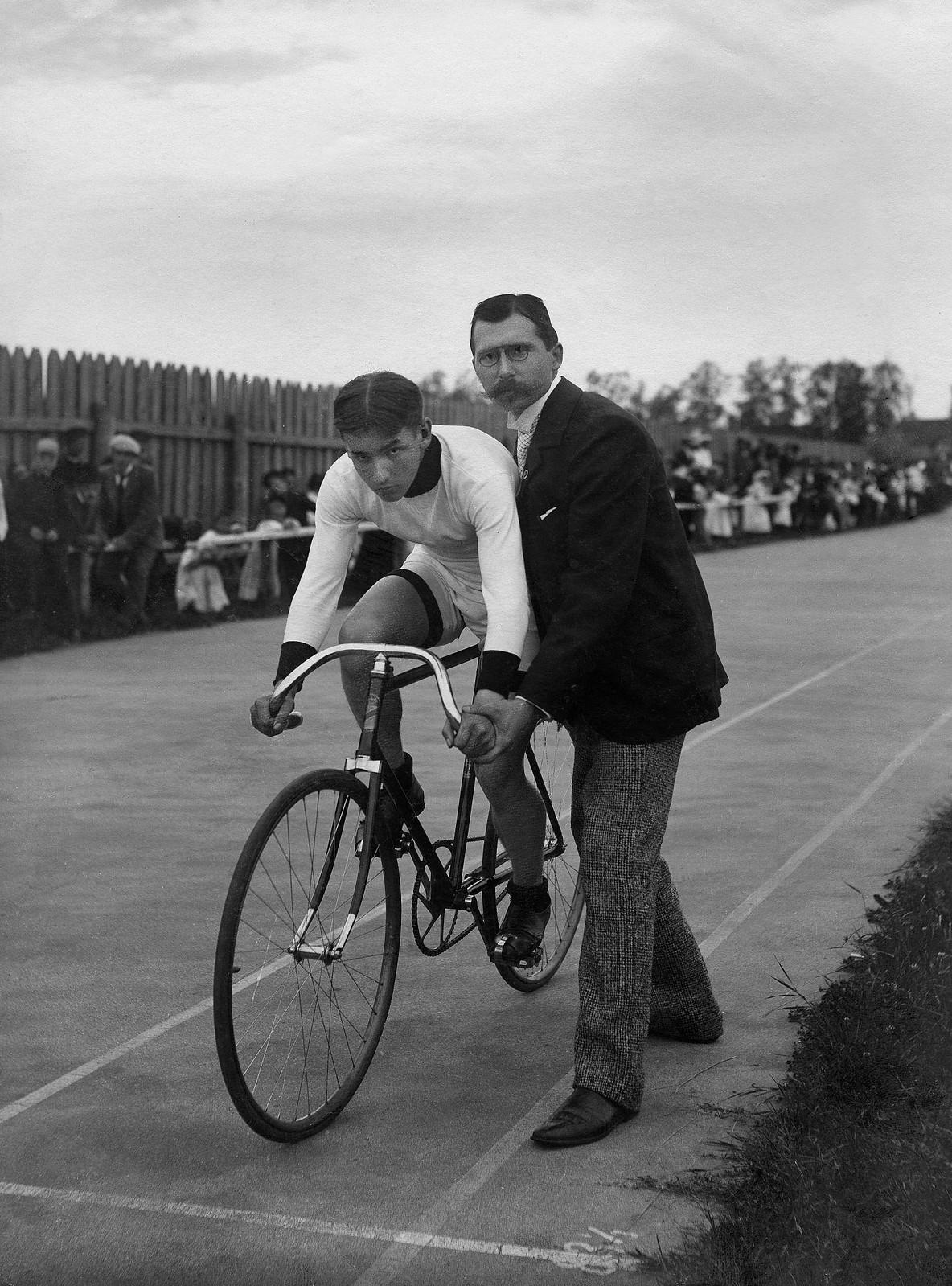 1908. Старт велогонки