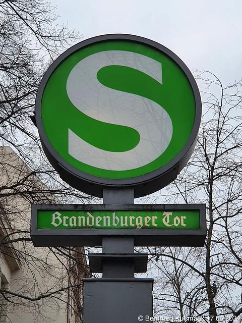 Europa, Deutschland, Berlin, Mitte, Unter den Linden, S-Bahnhof Brandenburger Tor