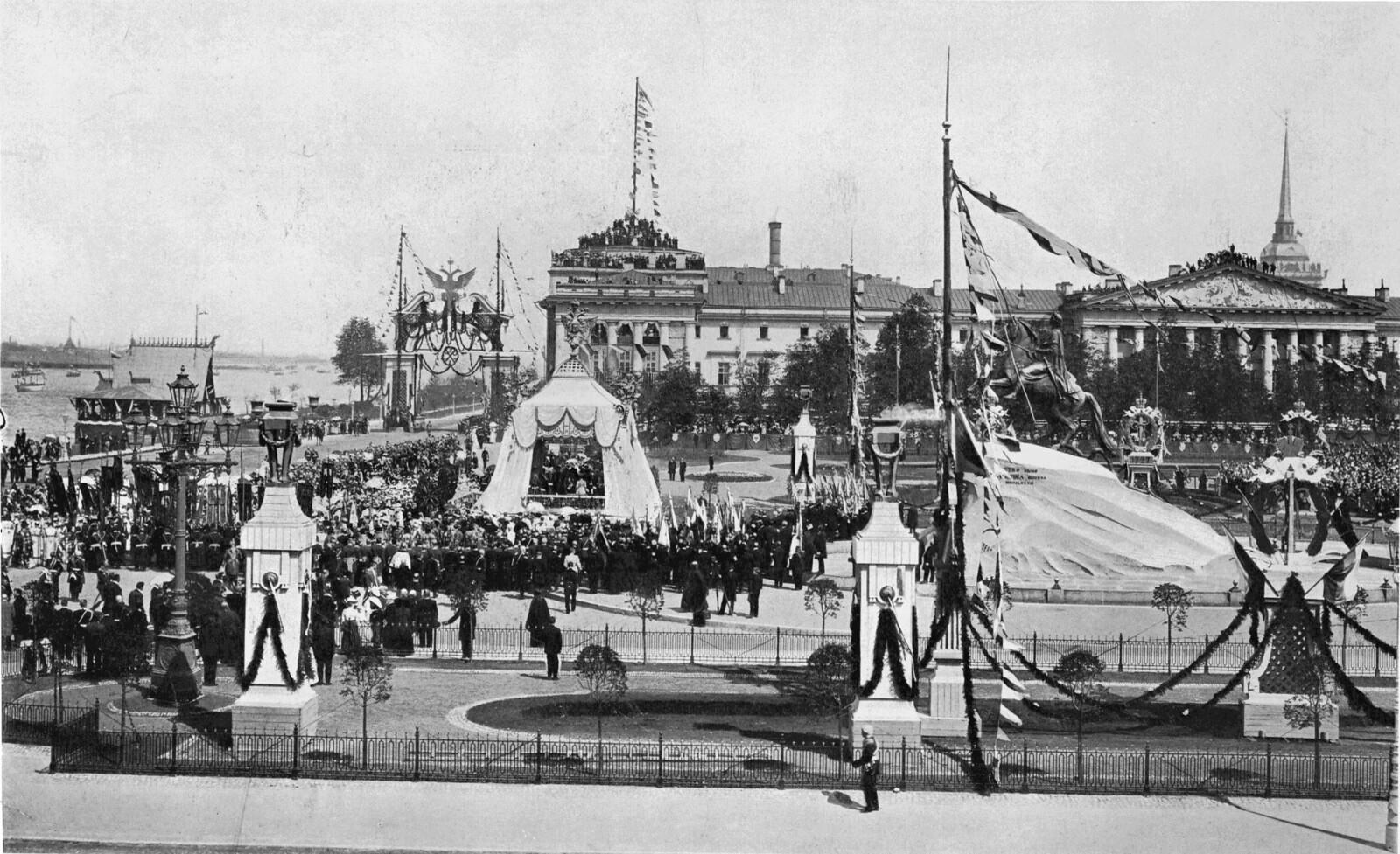 1903. Сенатская площадь перед памятником Петра Великого в день 200-летия С.-Петербурга 16 мая