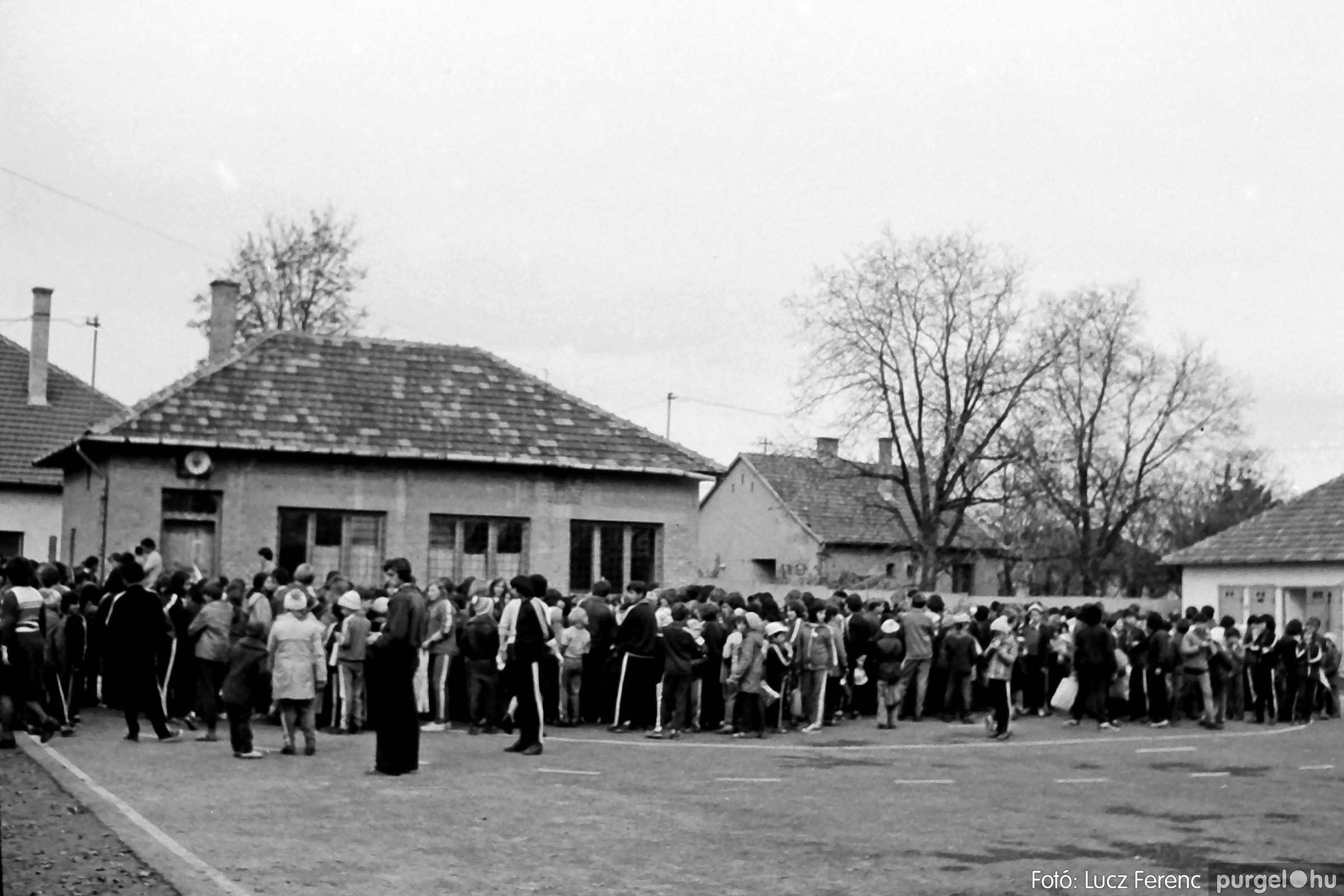 092. 1977. Úttörő rendezvény a Központi Általános Iskolában 013. - Fotó: Lucz Ferenc.jpg