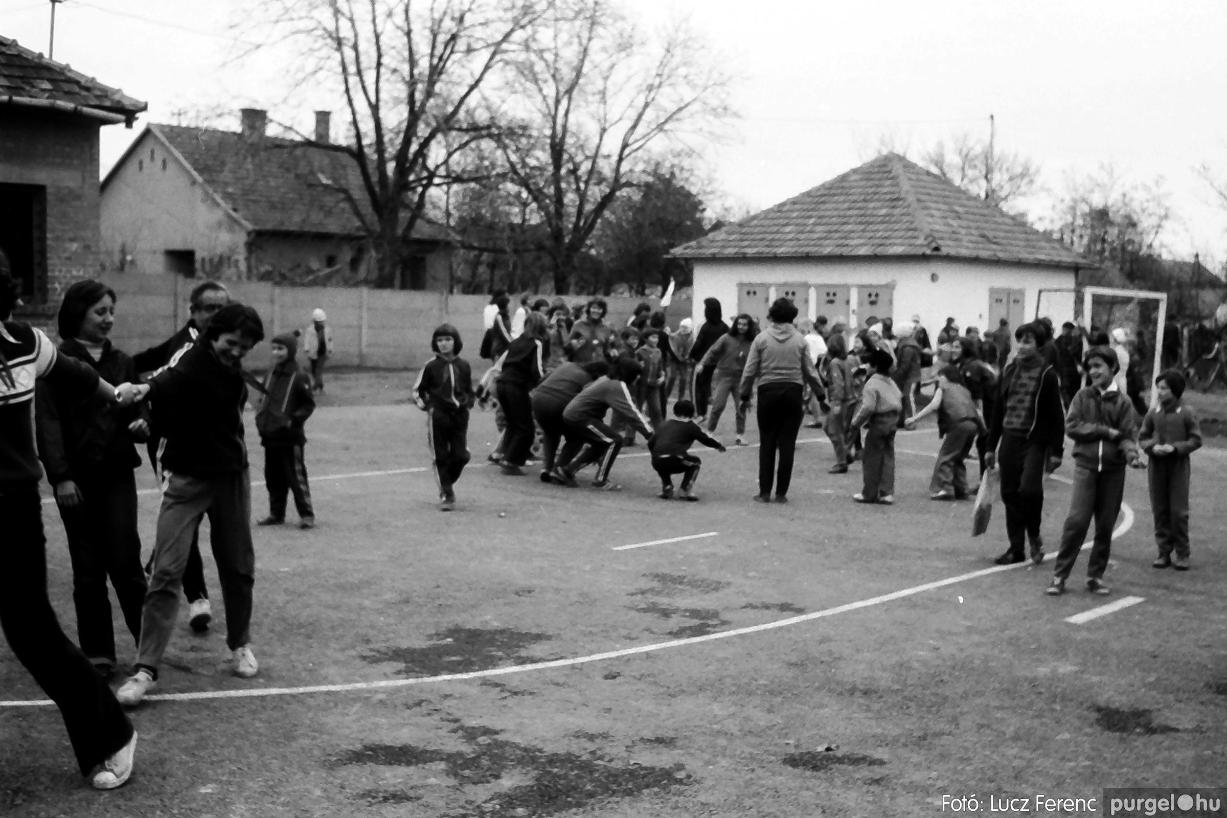 092. 1977. Úttörő rendezvény a Központi Általános Iskolában 021. - Fotó: Lucz Ferenc.jpg