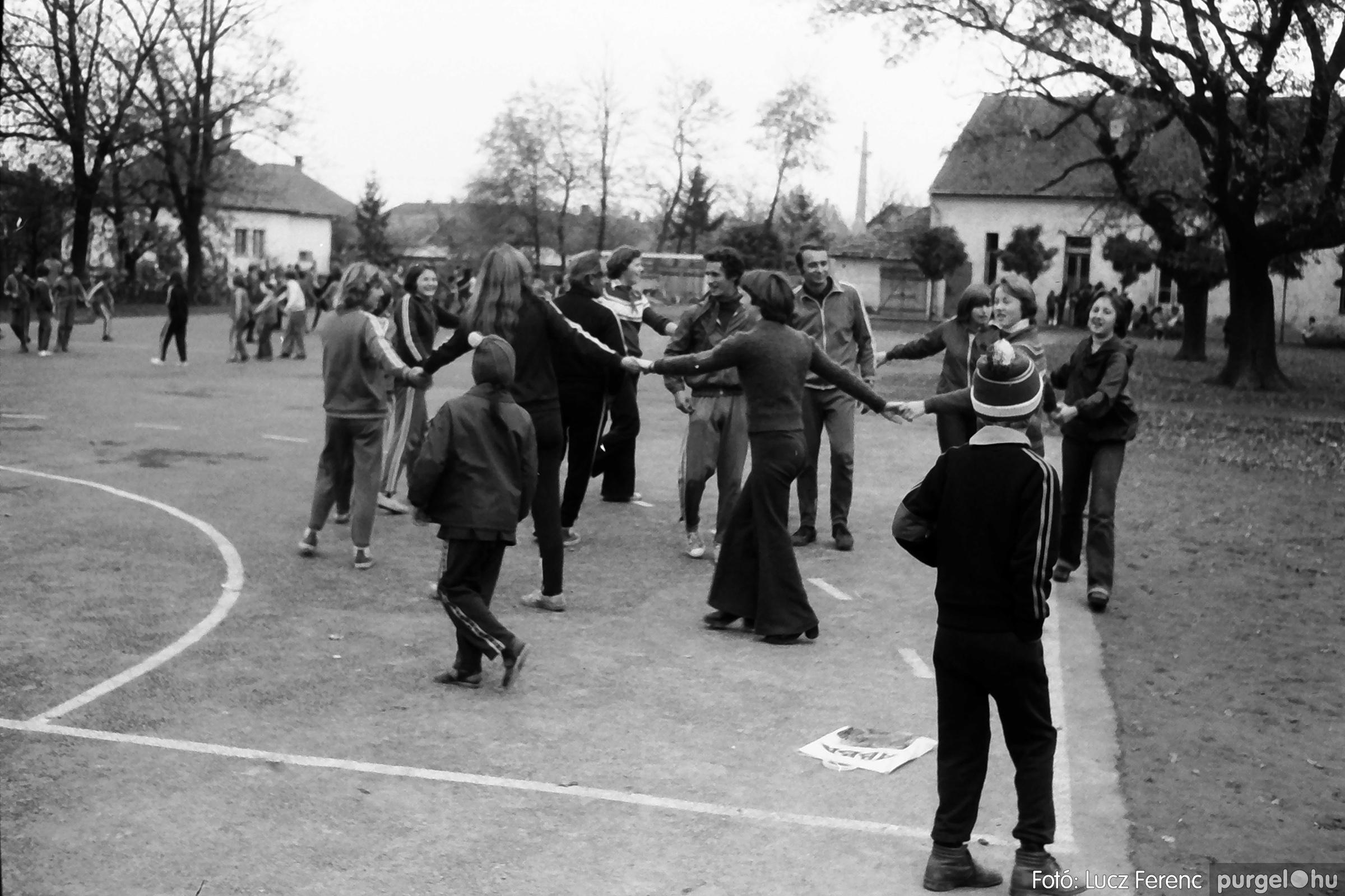 092. 1977. Úttörő rendezvény a Központi Általános Iskolában 016. - Fotó: Lucz Ferenc.jpg