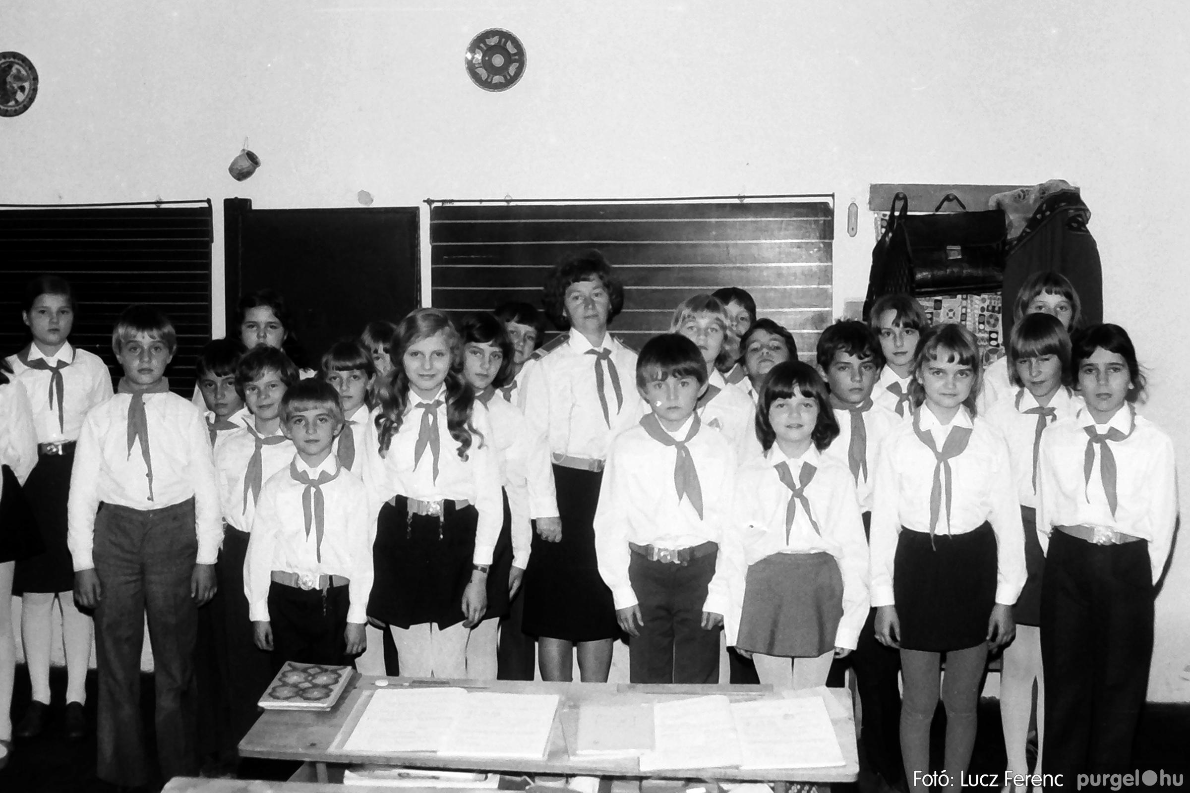 092. 1977. Úttörő rendezvény a Központi Általános Iskolában 001. - Fotó: Lucz Ferenc.jpg