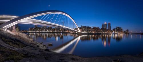 kalasatama mustikkamaa helsinki suomi finland blue water arch bridge skyline night reflections