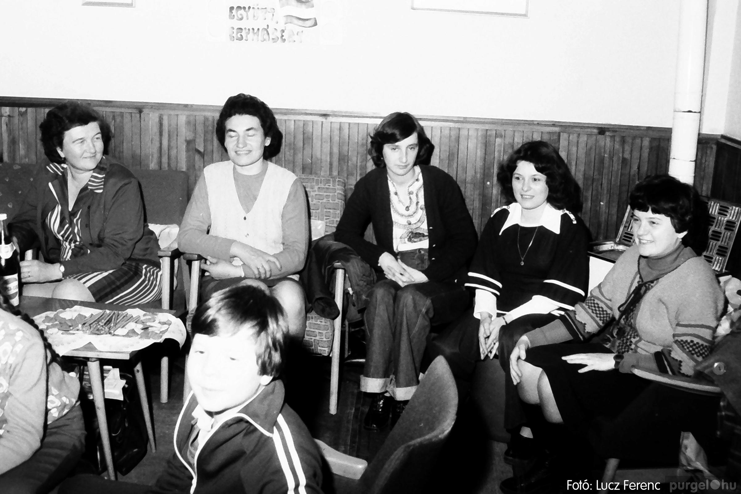 096. 1977. Karácsonyi összejövetel a kultúrházban 011. - Fotó: Lucz Ferenc.jpg