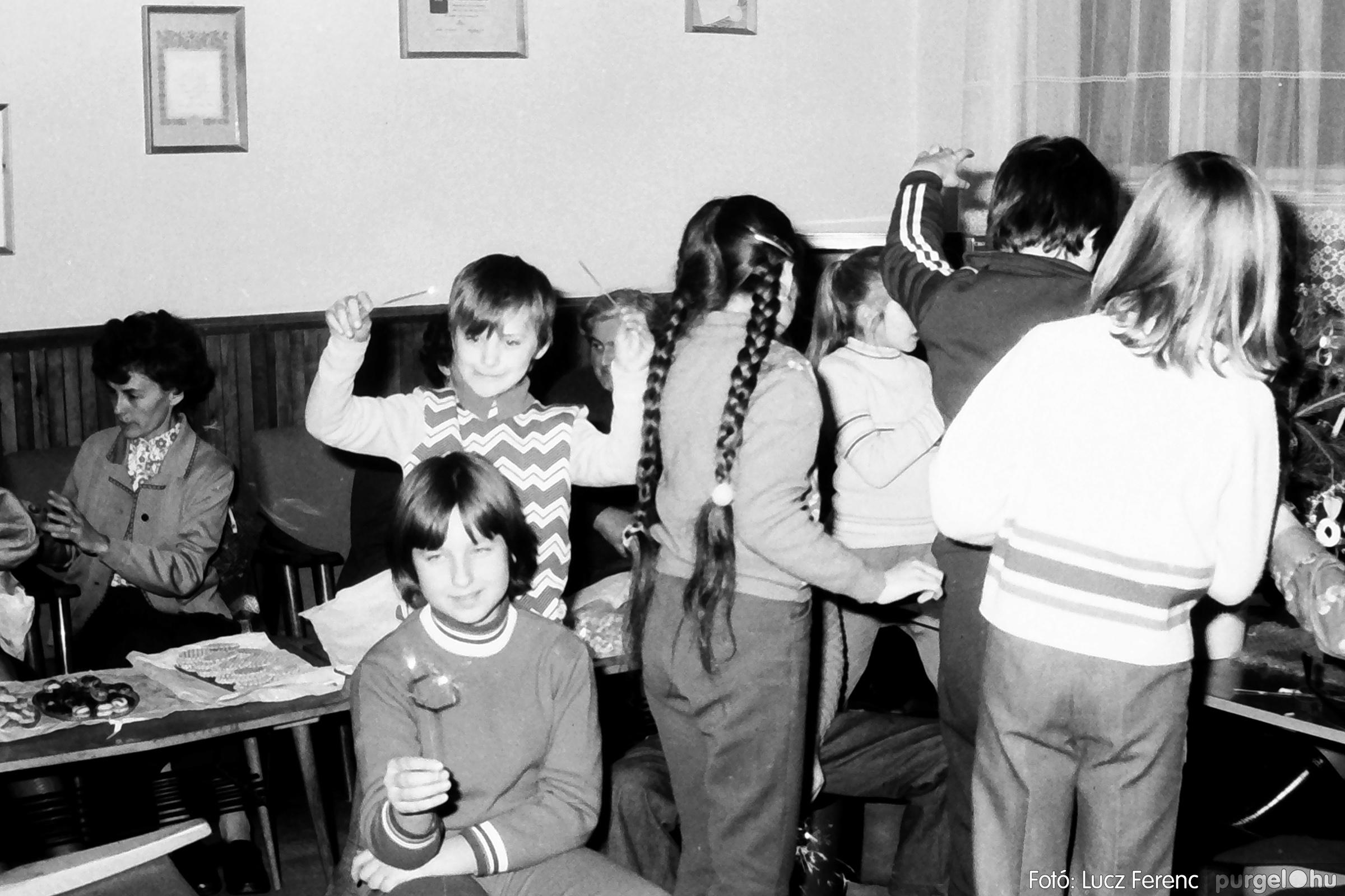 096. 1977. Karácsonyi összejövetel a kultúrházban 006. - Fotó: Lucz Ferenc.jpg
