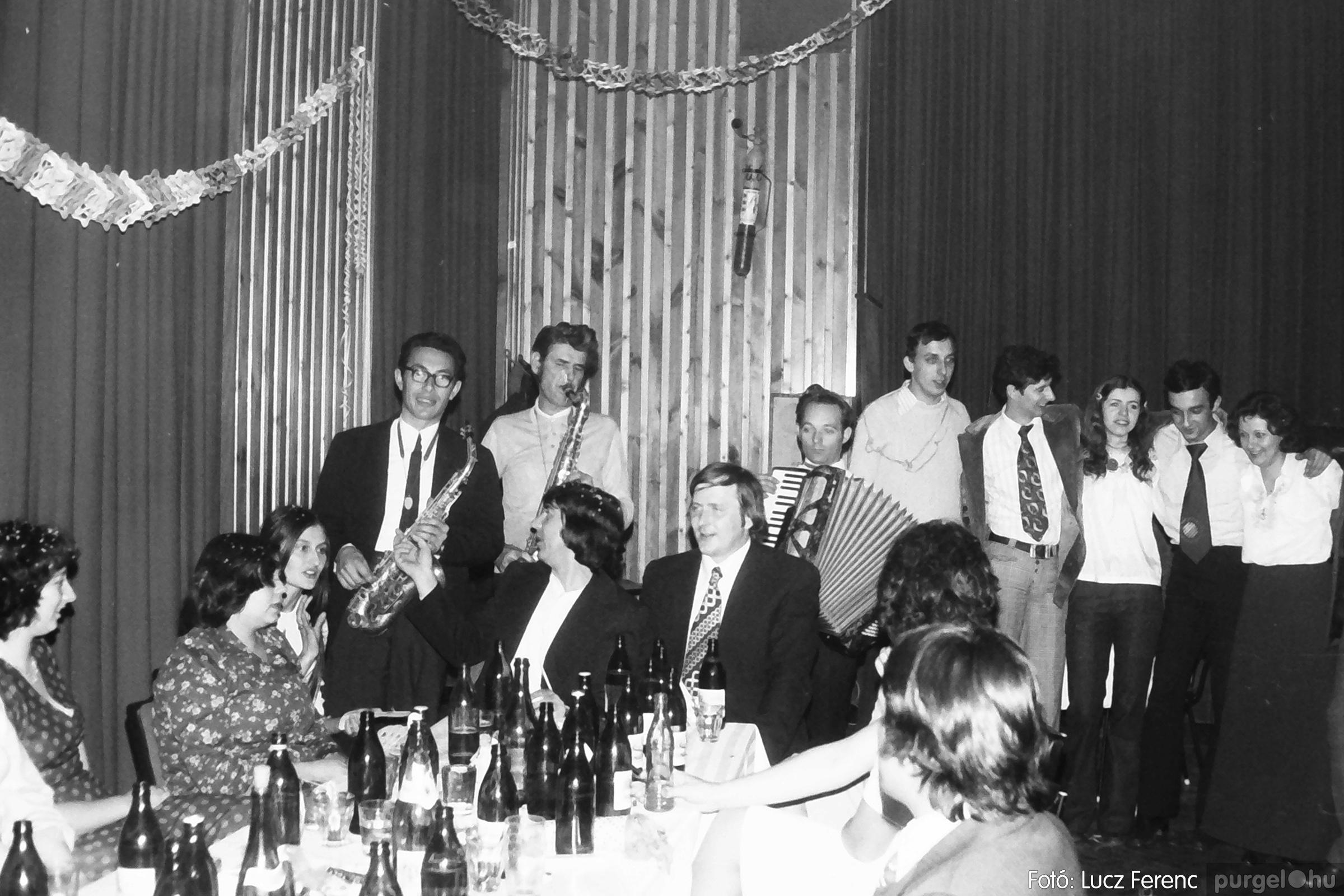 097. 1977.12.31. Szilveszter a kultúrházban 004. - Fotó: Lucz Ferenc.jpg