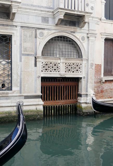 Entrée de garage, Rio del Palazzo, quartier San Marco, Venise, Vénétie, Italie.