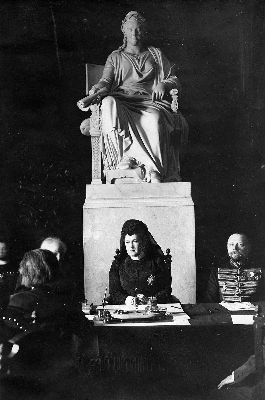 1910. Великая княгиня Мария Павловна, президент Академии художеств на заседании Академии
