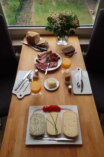 Frühstück nach Marktbesuch (Tischbild)