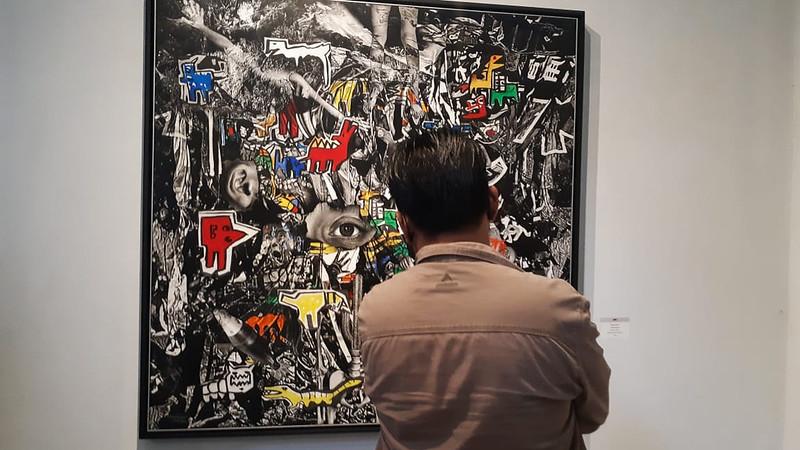 Pengunjung pameran menikmati pameran