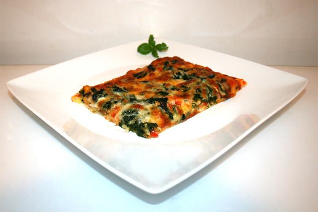 21 - Chorizo Spinach Mushrooms Pizza - Side view / Chorizo Spinat Champignon Pizza - Seitenansicht