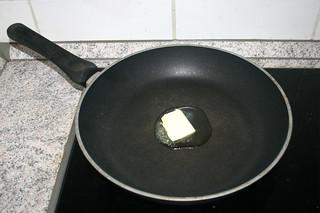 02 - Melt butter in pan / Butter in Pfanne zerlassen