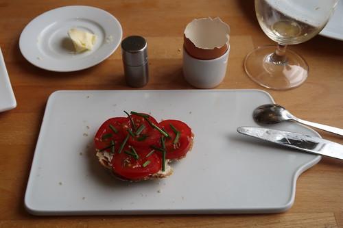 Tomaten auf Kantenstück des Kartoffelbrots
