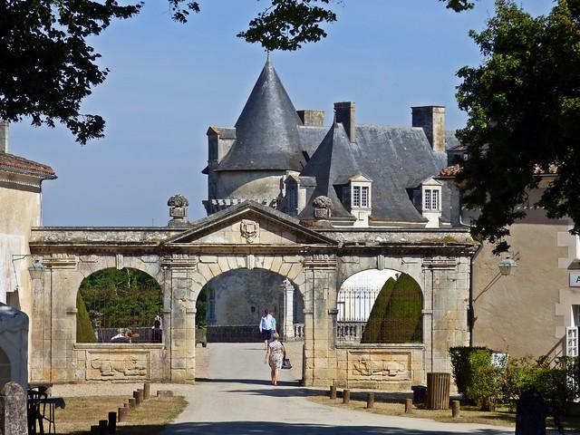 Portail d'entrée du château de La Roche Courbon...Saint Porchaire