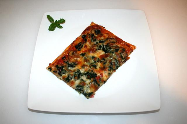 20 - Chorizo Spinach Mushrooms Pizza - Served / Chorizo Spinat Champignon Pizza - Serviert