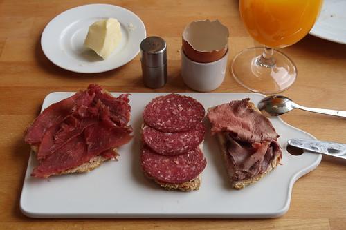 Rinderschinken, Rindersalami und Rinderbratenaufschnitt auf Kartoffelbrot