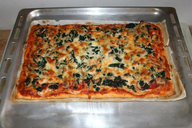 19 - Chorizo Spinach Mushrooms Pizza - Finished baking / Chorizo Spinat Champignon Pizza - Fertig gebacken