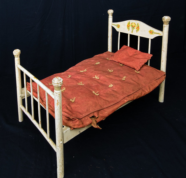 Doll's folding bed