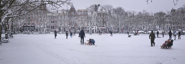 The snow provides lots of fun at the Amstelveld