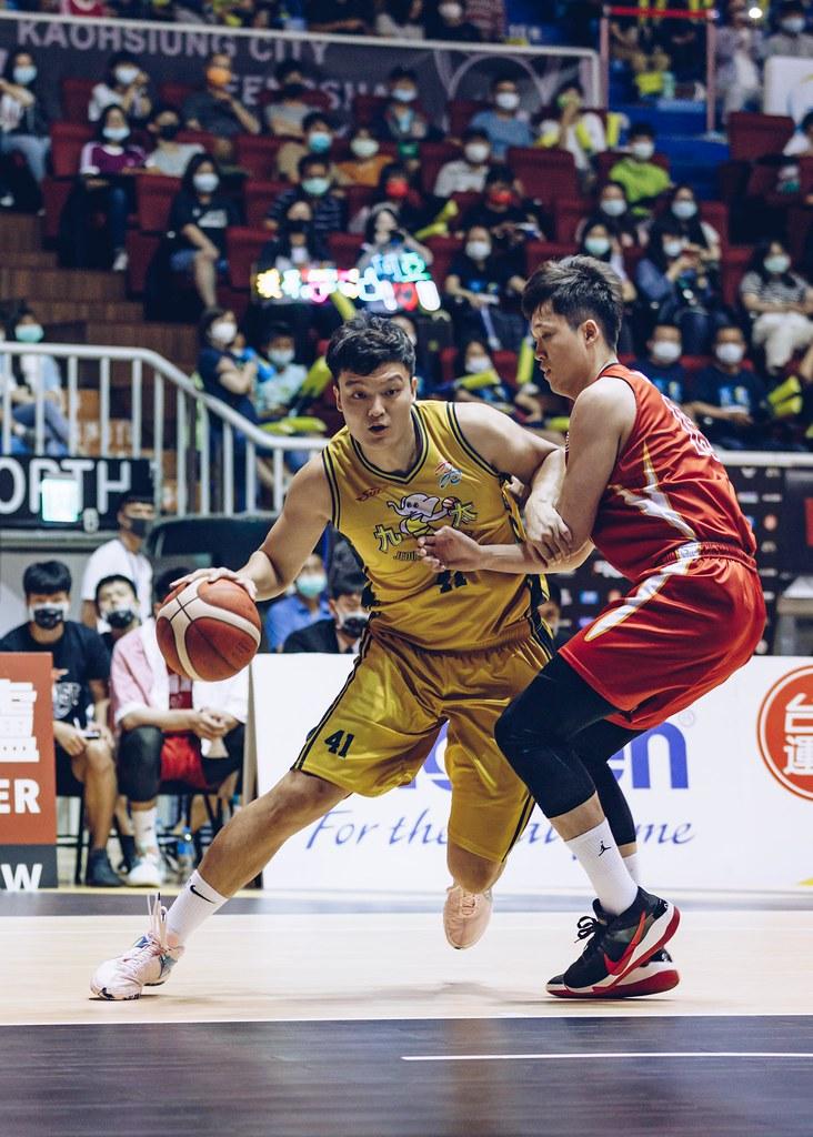 高雄九太科技隊蘇奕晉(左)拿下28分,寫下生涯新高。(高雄九太科技隊提供)