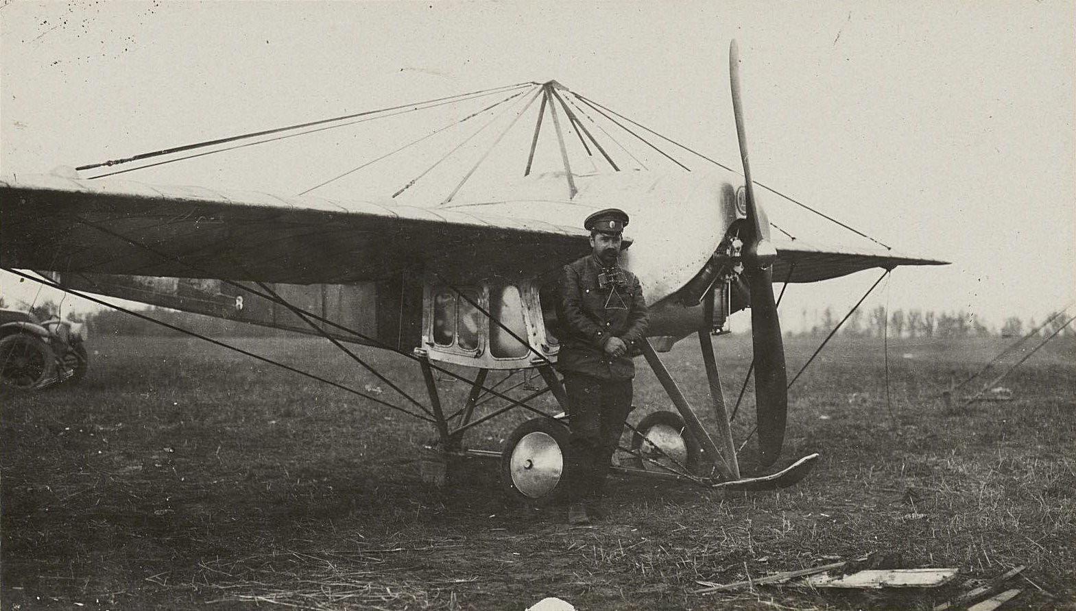 54. Авиационный отряд штаба IV Армии. Лейтенант Дыбовский у своего аппарата перед полётом.