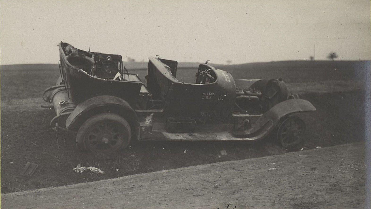 58. Брошенный германцами автомобиль на шоссе между Радомом и Кельцами