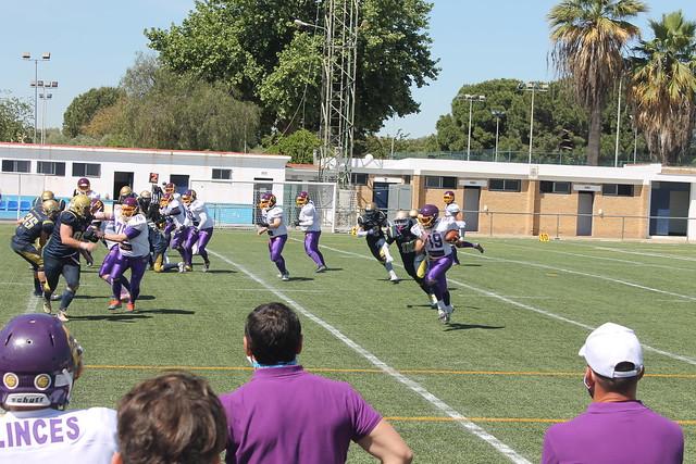 El QB de Sevilla Linces corre con el balón.  Autor - Manuel Gómez