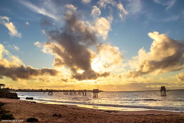 Un coucher de soleil à la plage se prépare