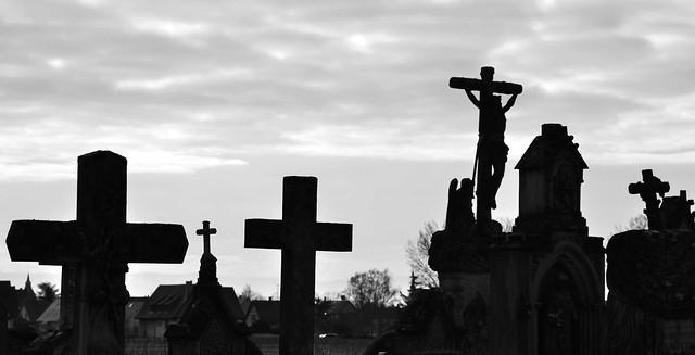 """""""Jésus fut crucifié. Heureusement ; eût-il été empalé, on aurait d'étranges crucifix dans les églises. Quant aux signes de croix..."""" (J.Agostina)"""