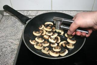 04 - Add garlic / Knoblauch dazu pressen