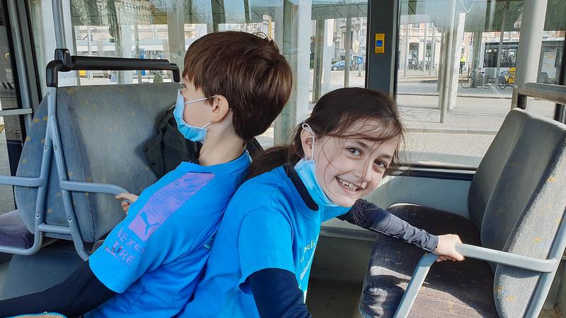 fratsen op de bus