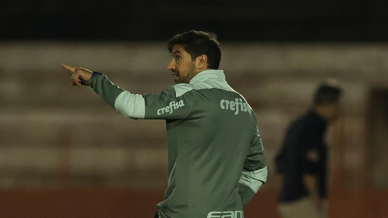 """Abel avalia empate e comenta sobre pichações da torcida no Allianz: """"Quando o técnico for o problema, nós resolvemos"""""""