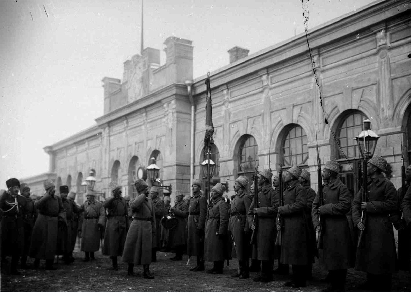 02. 1914. Встреча Императора Николая II на вокзале в Сарыкамыше. Николай II обходит строй почетного караула
