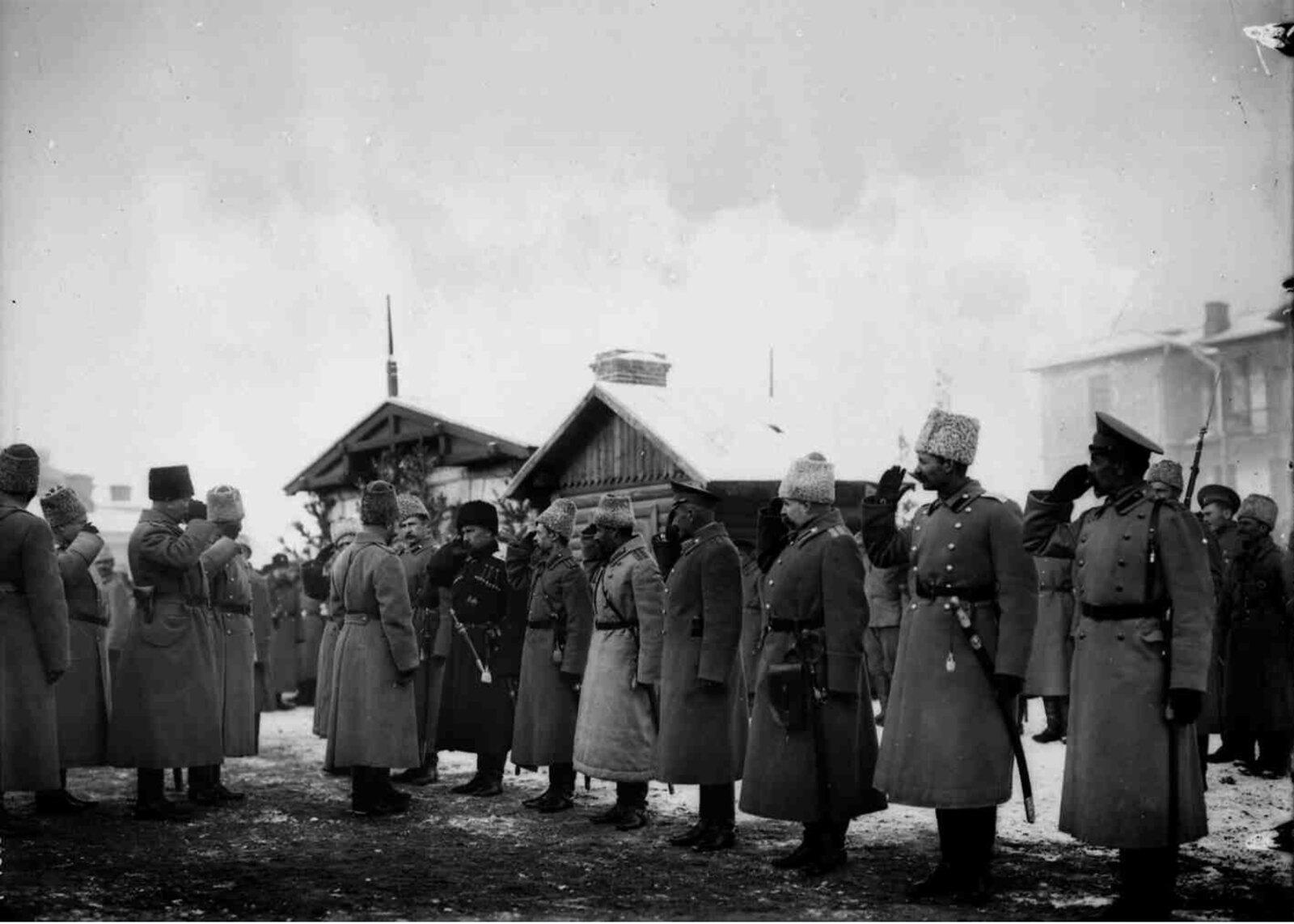04. 1914.  Николай II приветствует группу офицеров в день своего приезда в Сарыкамыш