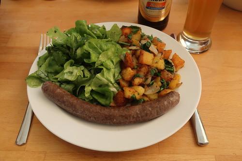 Frische Rinderbratwurst zu Bratkartoffeln und Eichblattsalat (mein Teller)