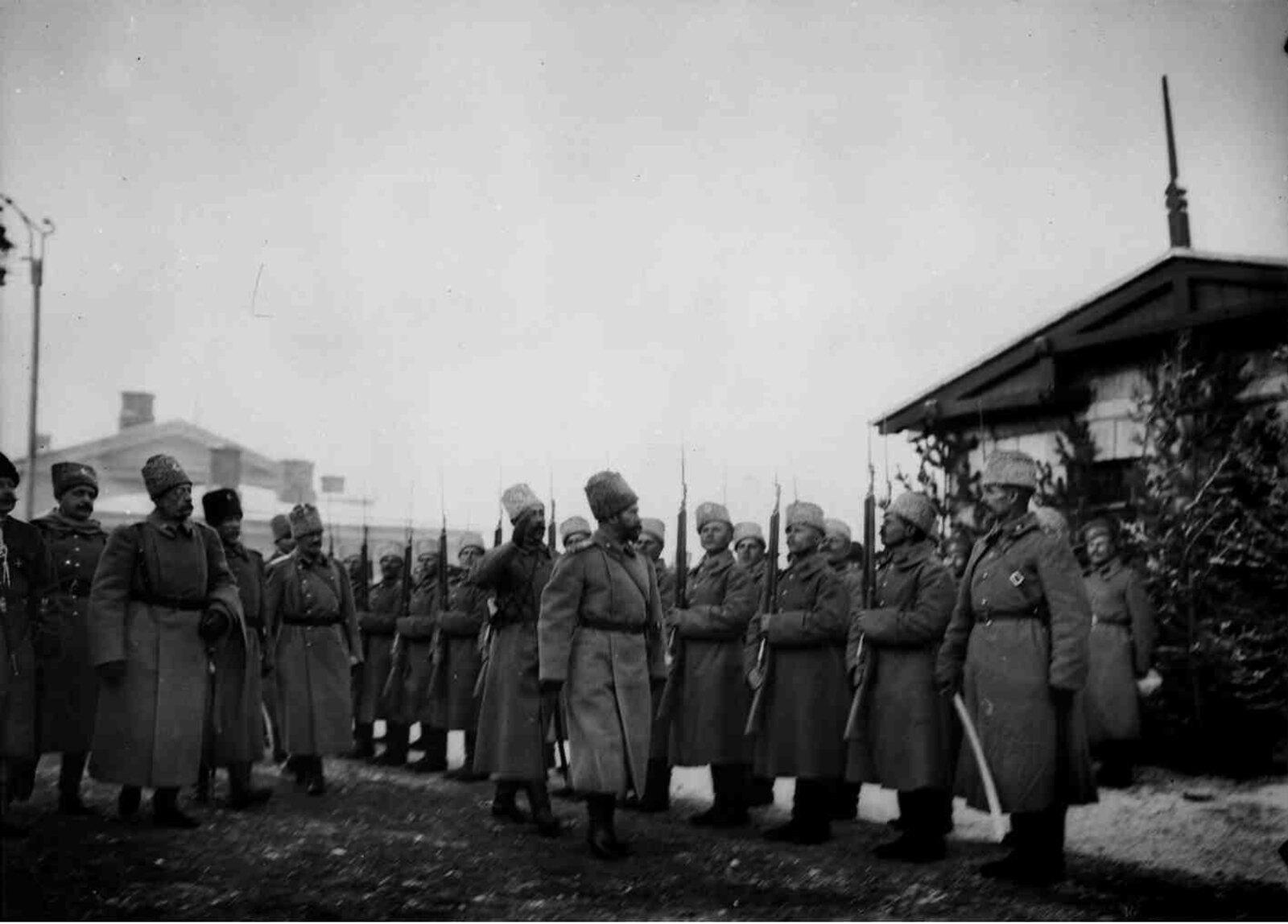 03. 1914. Николай II обходит роту почетного караула во время прибытия в Сарыкамыш