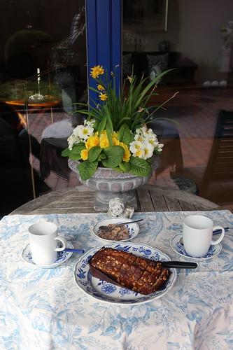 Tee und Kuchen auf der Terrasse einer Freundin
