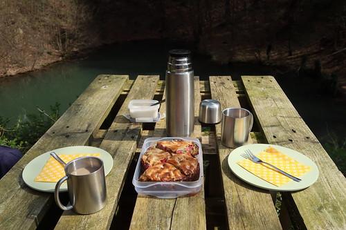 Vollwert-Rhabarberkuchen mit Honigbaiser und Milchkaffee als Picknick