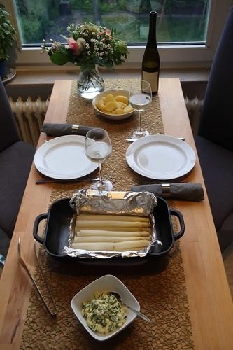 Backofen-Spargel mit Bozner Soße und Salzkartoffeln (Tischbild)