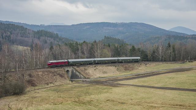 KŽC T 478.1215 s R 1275 Lužickohorský rychlík odjíždí ze Svoru dne 18.4.2021